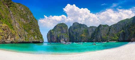 Photo pour Panorama of Maya bay on Koh Phi Phi Leh island, Thailand in a summer day - image libre de droit
