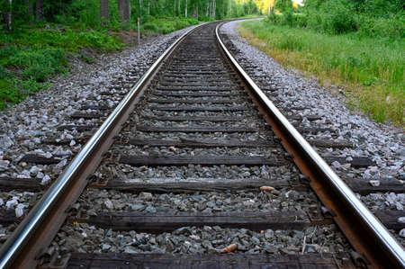 Photo pour low perspective of rail tracks into a bend - image libre de droit