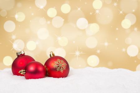Photo pour Red Christmas balls golden background decoration with copyspace - image libre de droit
