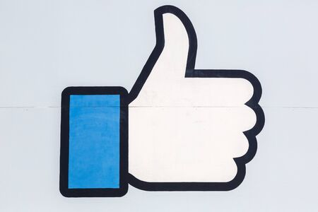 Photo pour Menlo Park, California – April 10, 2019: Facebook thumbs up like logo sign at the headquarters HQ in Menlo Park, California. - image libre de droit