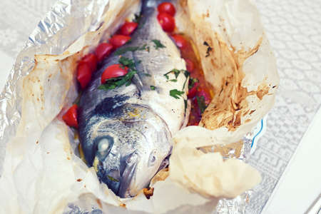 Photo pour baked sea bream with tomatoes and parsley - image libre de droit