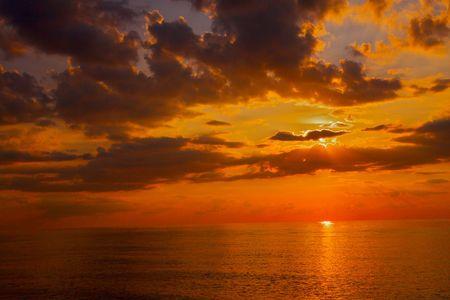 Photo pour Lake Michigan sunset just as sun slips below horizon - image libre de droit