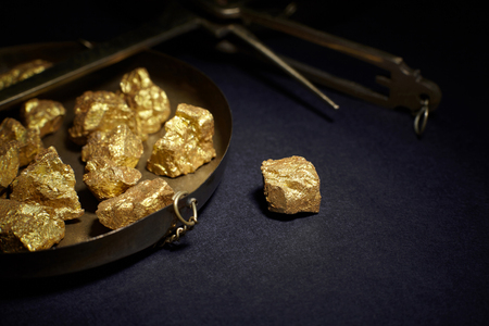 Foto de Closeup of big gold nugget and scales copper - Imagen libre de derechos