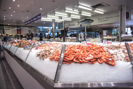 Foto de SYDNEY, AUSTRALIA - APRIL 9, 2015: Seafood on the Sydney Fish Market. 52 tonnes of seafood are selling at auction on this market every day. - Imagen libre de derechos