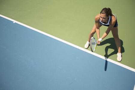 Photo pour Young woman playing tennis - image libre de droit