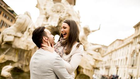 Photo pour View at loving couple in Rome , Italy - image libre de droit