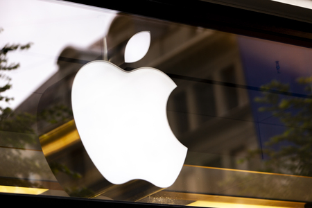 Foto de ZURICH, SWITZERLAND - MAY 17, 2018: Detail from Apple store in Zurich, Switzerland. Apple is American multinational corporation founded at 1976 at Cupertino, California. - Imagen libre de derechos