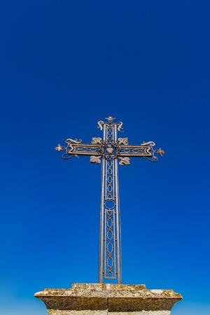 Photo pour View at iron cross in front of Chapelle des Penitents Blancs in Les Baux-de-Provence, France - image libre de droit