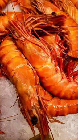 Foto de Fresh red prawns at the fish market - Imagen libre de derechos