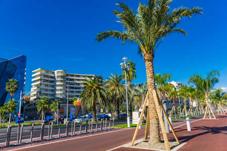 Photo pour NICE, FRANCE - OCTOBER 5, 2019: Promenade des Anglais in Nice, France. This 7km long pormenade is the most important attraction in the Nice. - image libre de droit