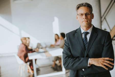 Photo pour Confident handsome business man standing in the office - image libre de droit