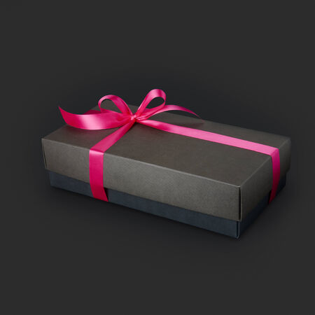 Photo pour Gift box with ribbon and bow isolated on the black background - image libre de droit