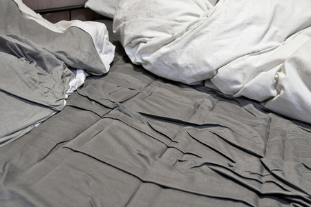 Photo pour Disheveled sheets and pillows year of unmade bed - image libre de droit