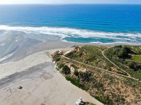 Photo pour Aerial view of Del Mar North Beach, California coastal cliffs and House with blue Pacific ocean. San Diego County, California, USA - image libre de droit