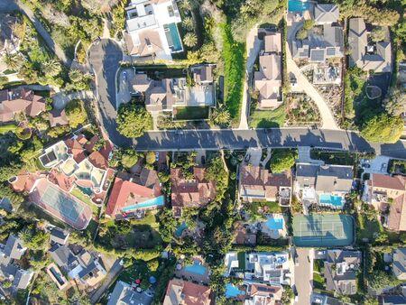 Photo pour Aerial view of La Jolla little coastline city with wealthy villas and swimming pool. La Jolla, San Diego, California, USA. West coast real estate development. - image libre de droit