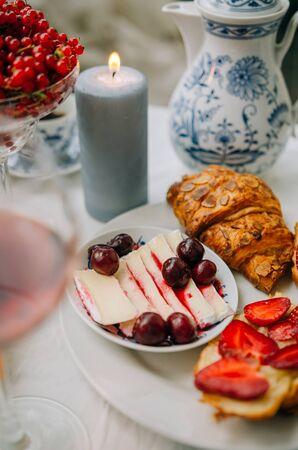 Photo pour red cranberrries and camembert dish - image libre de droit
