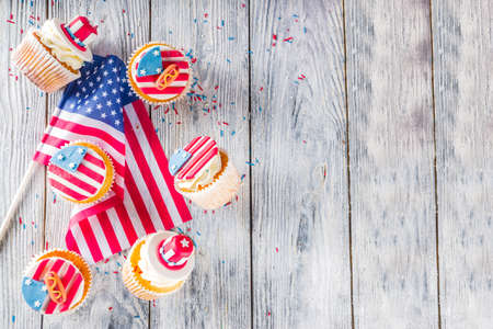 Photo pour Independence Day July 4 congratulations background. Veterans Day. American Constitution holiday. USA American tradition greeting card. Patriotic home cupcakes with americas symbols decor - image libre de droit