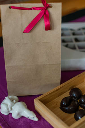 Photo pour Natural and healthy home-made chocolates. Original and delicious gift for Valentine's Day or other holidays - image libre de droit