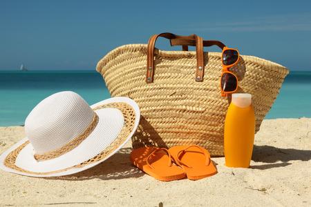 Photo pour beach bag and sun protection on sand - image libre de droit