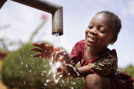 Photo pour Water is Life for African Children, Little Gorgeous Black Girl Drinking from Tap - image libre de droit