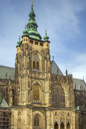 Foto de Metropolitan Cathedral of Saints Vitus is a Roman Catholic metropolitan cathedral in Prague, Czech republic. The main tower and the Golden Gate. - Imagen libre de derechos