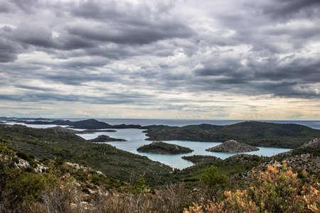 Nach dem Aufstieg auf den Berg Orljak breitet sich der Nationalpark Telascica unter dem Wanderer aus. Die Insel Dugi Otok verliert auch bei Regenwetter nichts von ihrem Charme.