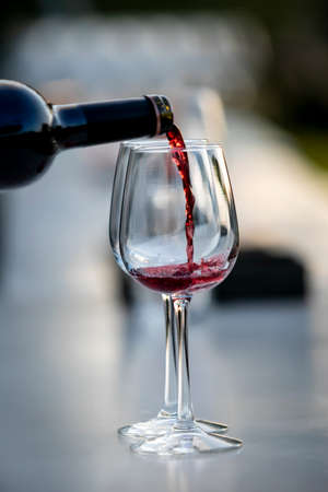 Photo pour POURING WINE at bars resturant and weddings. also other social events. - image libre de droit