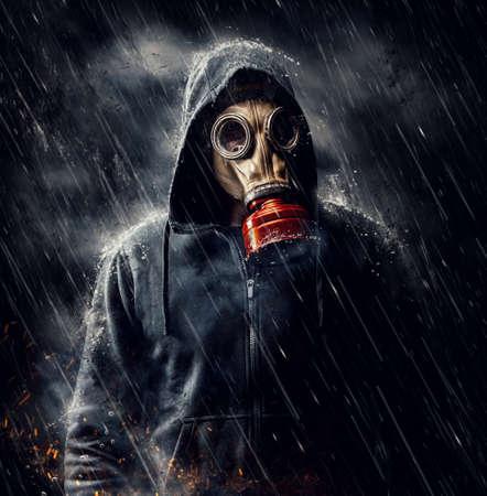 Foto de Male in gas mask during the rain - Imagen libre de derechos