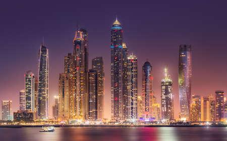 Photo pour Dubai Marina bay view from Palm Jumeirah, UAE - image libre de droit