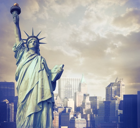 Photo pour Statue of Liberty with New York in the background - image libre de droit