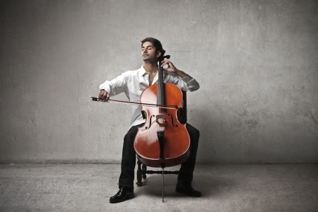 Photo pour musician plays violoncello - image libre de droit