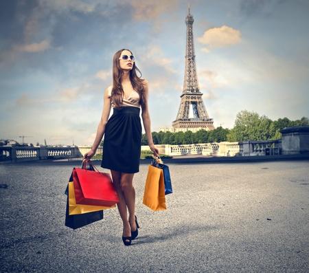 Foto de beautiful woman goes shopping in Paris - Imagen libre de derechos