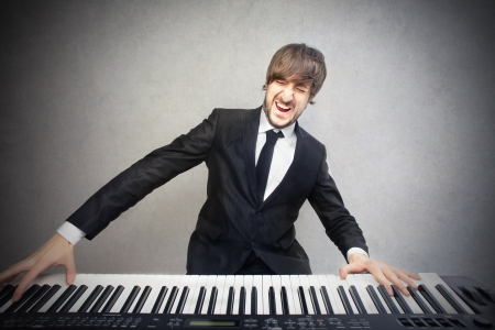 Foto de man playing the piano - Imagen libre de derechos