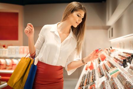 Photo pour Woman choosing the right colour - image libre de droit
