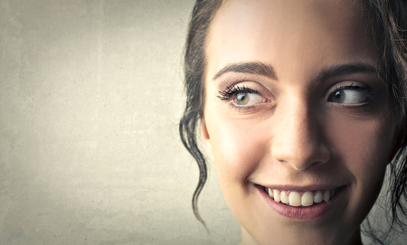 Photo pour Woman with curious look on her face - image libre de droit