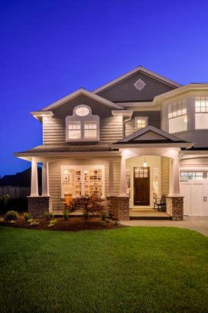 Photo pour home exterior at night, vertical orientation - image libre de droit