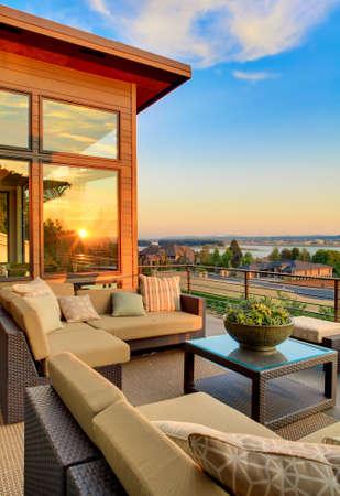 Foto de home exterior patio with beautiful sunset view, vertical orientation - Imagen libre de derechos