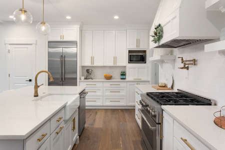 Photo pour Beautiful kitchen with farmhouse sink and stainless steel appliances in new luxury home - image libre de droit