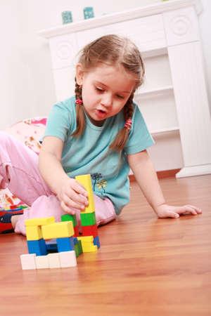 Foto de Adorable girl playing with blocks - Imagen libre de derechos