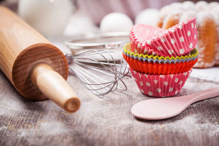 Photo pour Baking utensils with cupcake cases - image libre de droit