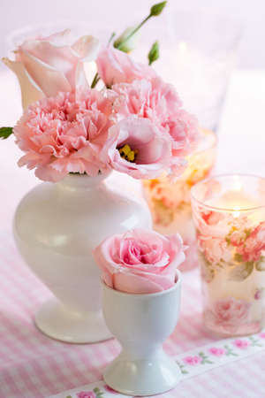 Photo pour Beautiful bouquet in pink and white in vase on the kitchen table - image libre de droit