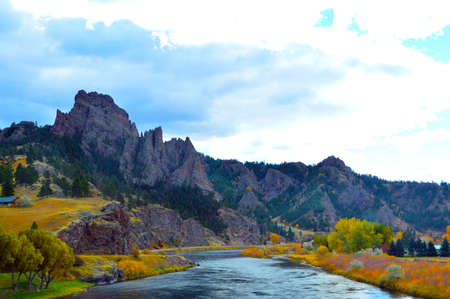 Photo pour MIssouri River Colors - Driving through Western Montana between Great Falls and Helena, I was in the passenger seat as we crossed the Missouri River. The timing of the leaves and the light was just perfect. Shot at 70 MPH hanging out the car window! - image libre de droit