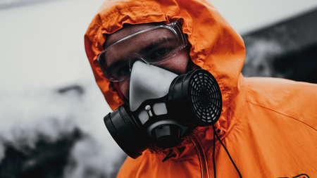 Photo pour Protection respirator half mask for toxic gas.The man prepare to wear protection air pollution in the chemical industry - image libre de droit