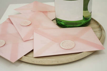 Photo pour Gift certificates in a pink envelope. Wedding invitation or Valentines Day cards - image libre de droit