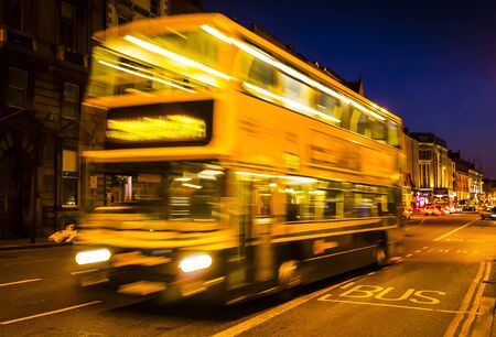 Foto per The bus line hurtling fast in the city center - Immagine Royalty Free