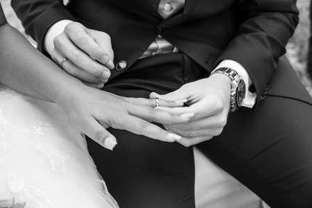 Photo pour exchange of rings during the wedding - image libre de droit