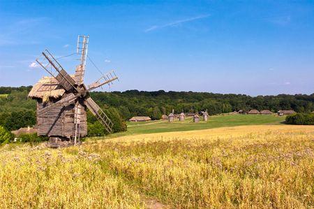 Foto de Old wooden windmill in the countryside - Imagen libre de derechos
