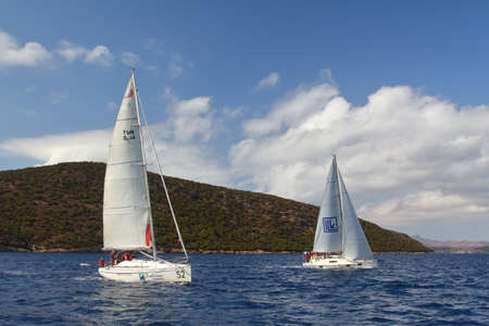 Photo pour Bodrum, Turkey. 08 October 2017: Sailing in the wind through the waves at the Sea. Close up of sailing boat, sail boat or yacht at sea with white sails. - image libre de droit