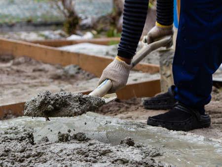 Photo pour Construction worker mixing cement - image libre de droit