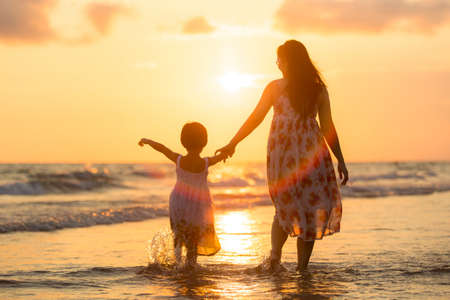Photo pour Mother with her daughter on the beach - image libre de droit